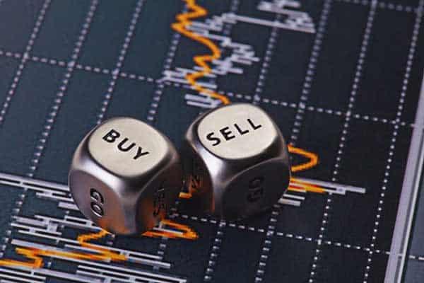 """Zwei Würfen """"Buy"""" und """"Sell"""" auf einem Trading Chart"""