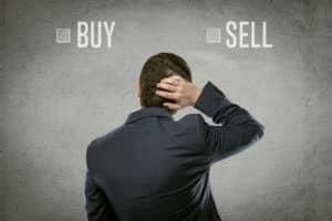 Trader steht vor Entscheidung Buy oder Sell?