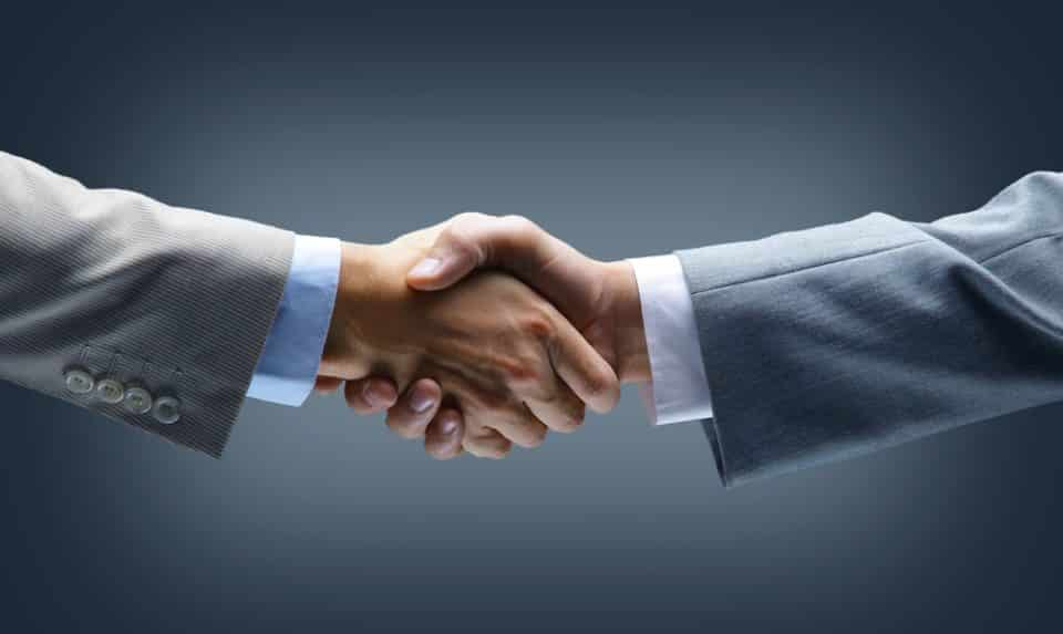 Bei dem Preis, wo sich Käufer und Verkäufer einigen, kommt ein Geschäft zustande und der Basiswert wechselt den Besitzer.